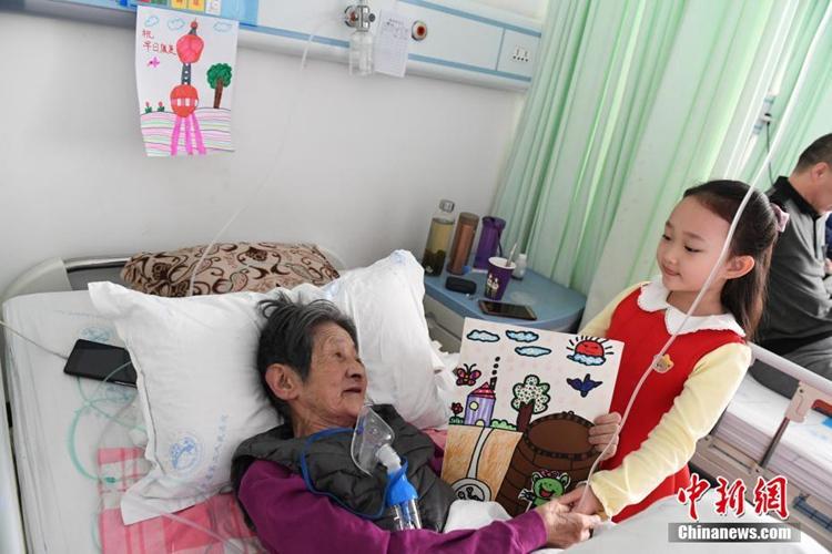 란저우 6세 女兒 33명 노인 환자들에게 '그림 선물'