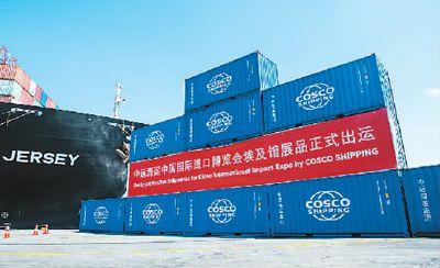 얼마 전, 제1회 중국국제수입박람회에 처음으로 참가하는 이집트 제품이 이집트 수에즈 운하 항구에서 상하이로 출발했다. 사진은 컨테이너가 부두에서 선적을 기다리고 있는 모습이다.[촬영: 신화사 멍타오(孟濤) 기자]