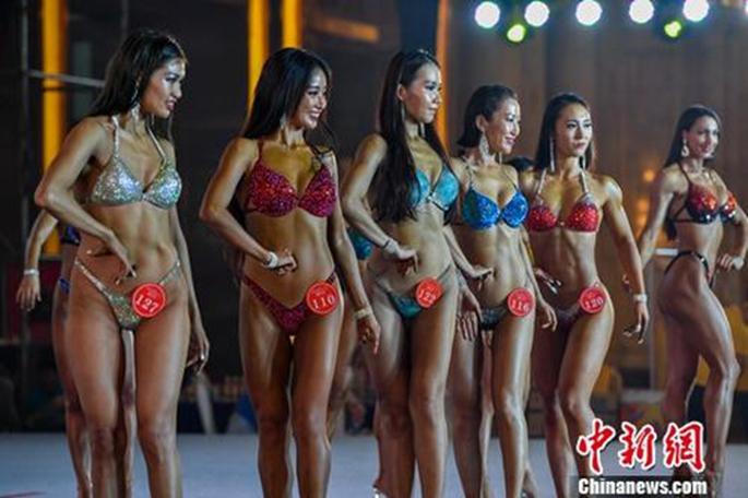 여자 비키니 종목에 참가한 선수들이 자세를 취하고 있다. [촬영: 뤄윈페이(駱雲飛)]