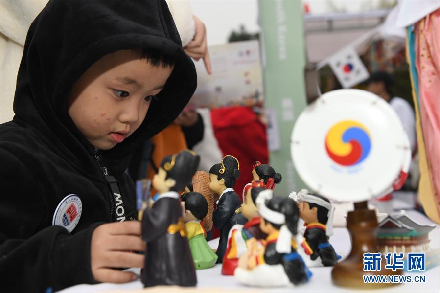 지난 17일 어린 관객이 국제문화제 한국 문화 전시부스를 관람하고 있다. [사진 출처: 신화망]